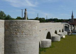 Natursteine von TRACO an alter Mainbrücke