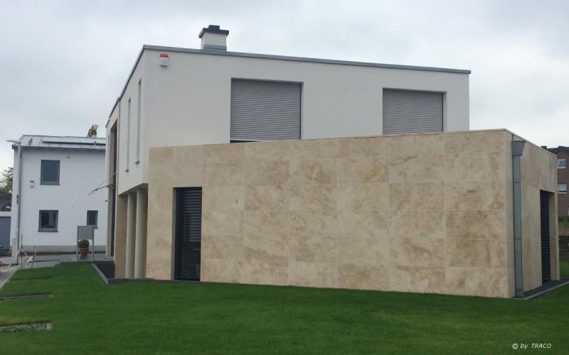 Cube Villa mit Fassadenplatten aus beigem Travertin Bauhaus von TRACO