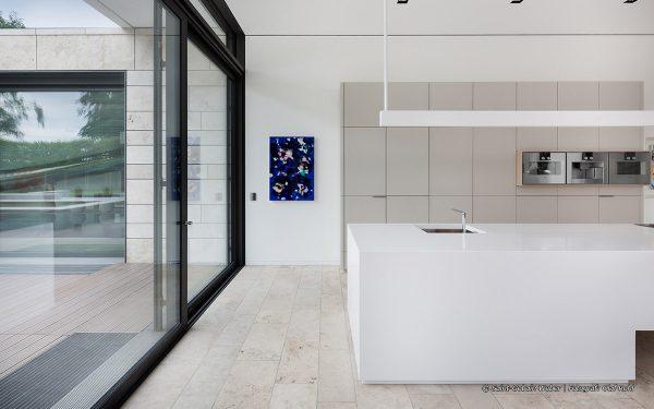 Bildquelle: Saint-Gobain Weber | Fotograf: Olaf Rohl; Blick in eine Küche mit Boden aus Travertin Bauhaus hell von TRACO