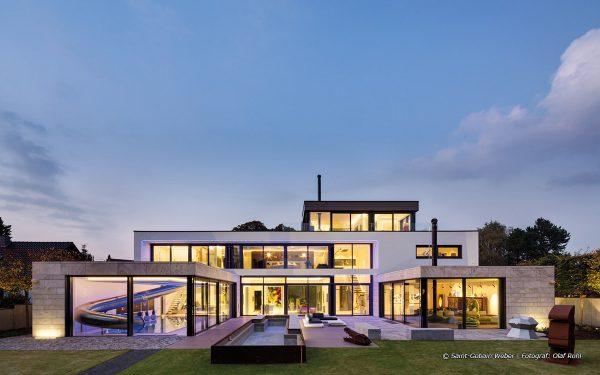 Bildquelle: Saint-Gobain Weber | Fotograf: Olaf Rohl; Blick auf Villa mit Natursteinelementen