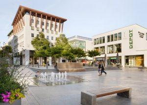 Sicht auf Borgiasplatz in Fulda mit Stadtmöblierung mit Natursteinelementen von TRACO
