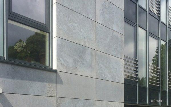 Natursteinfassade in Achen aus edelgrauem Kalkstein von TRACO