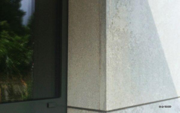Detail der Natursteinfassade in Achen aus edelgrauem Kalkstein von TRACO