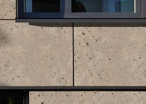 Nahaufnahme einer Fassade aus grobgekordeltem LIMES Dolomit® von TRACO