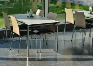 Bodenbelag aus Kohlplatter Edelgrau von TRACO im Neubau der AOK Stuttgart