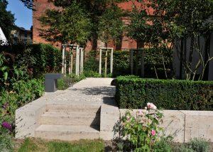Treppenstufen im Garten des ehemaligen Refektorium im Klosterhof mit Bauhaus Travertin von TRACO