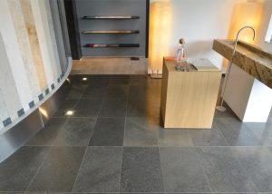 Bodenplatten aus edelgrauem Kalkstein von TRACO im Innenbereich