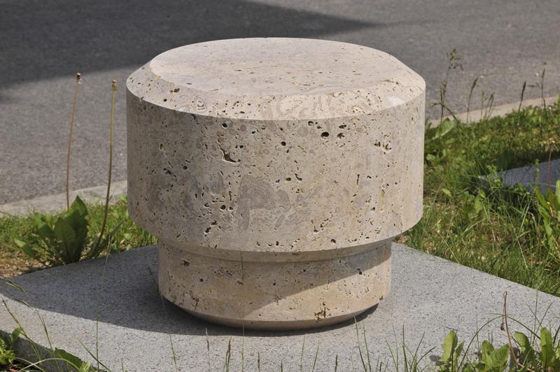 Pfeiler aus Naturstein von TRACO als Stadtmöblierung