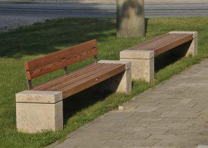 Bänke mit Natursteinelementen von TRACO als Stadtmöblierung