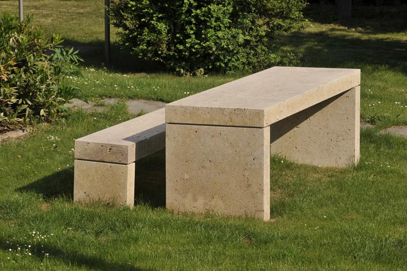 Massive Bank mit Tisch aus Naturstein von TRACO als Stadtmöblierung