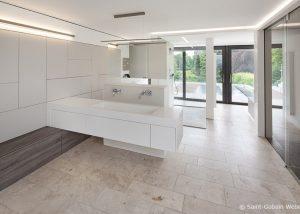 Bildquelle: Saint-Gobain Weber | Fotograf: Olaf Rohl; Blick in ein Badezimmer mit Boden aus Travertin Bauhaus hell von TRACO