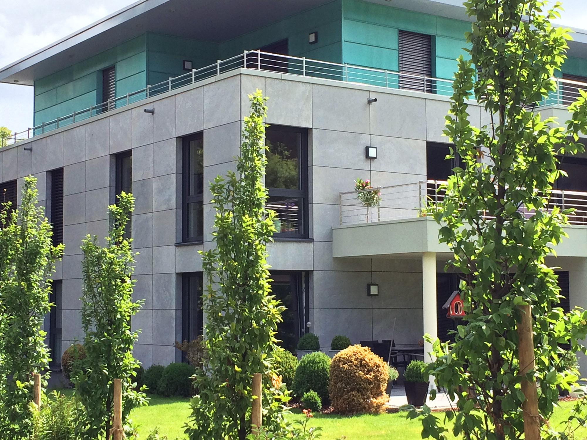 Repräsentatives Wohnhaus in Aachen mit grauen Fassadenplatten aus Kohlplatter Edelgrau von TRACO