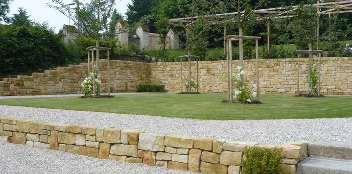 Natursteinmauer aus TRACO Mauersteinen