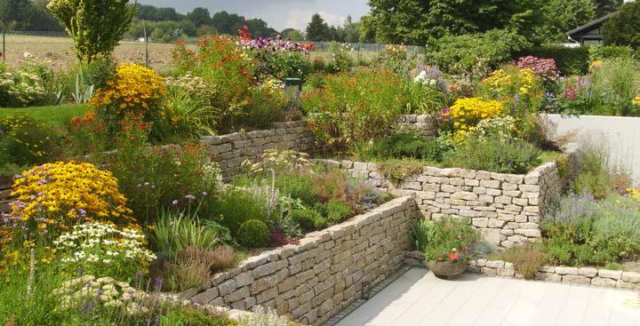 TRACO Mauersteine in einem Natursteingarten