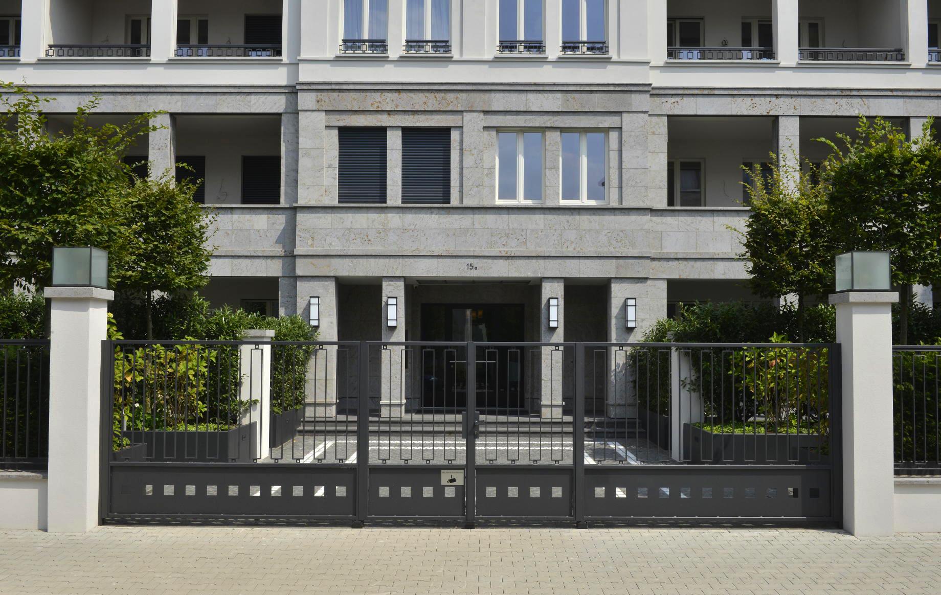 Frontansicht einer Luxuswohnanlage in Düsseldorf mit Fassadenplatten und Massivarbeiten aus grauem Mooser Muschelkalk von TRACO