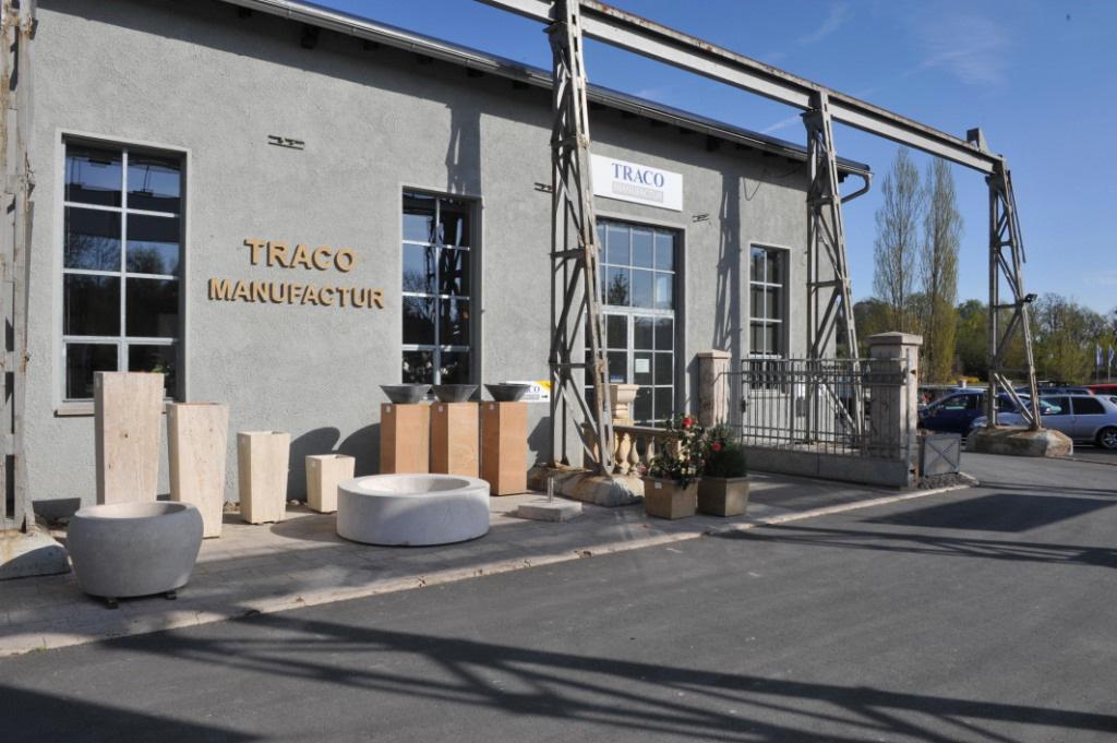 Außenansicht der stilvoll restaurierten Fabrikhalle, in der sich die Ausstellung der TRACO Manufactur befindet