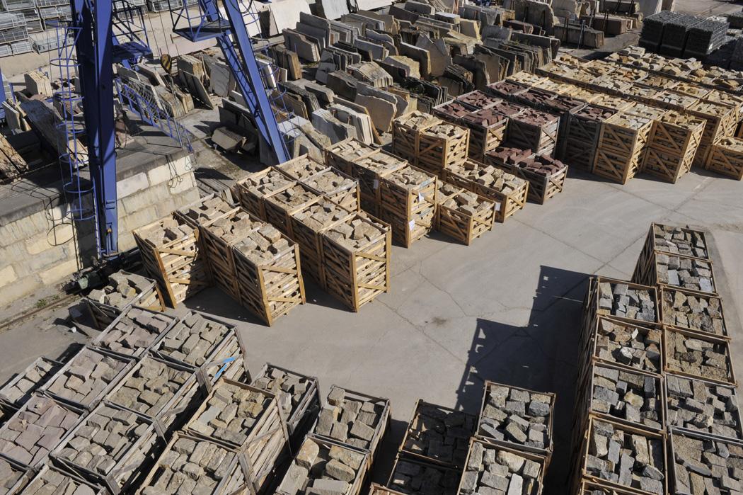 Blick von oben auf das Lager von TRACO Mauersteinen in Kisten, Muschelkalk, Travertin und Sandsteine