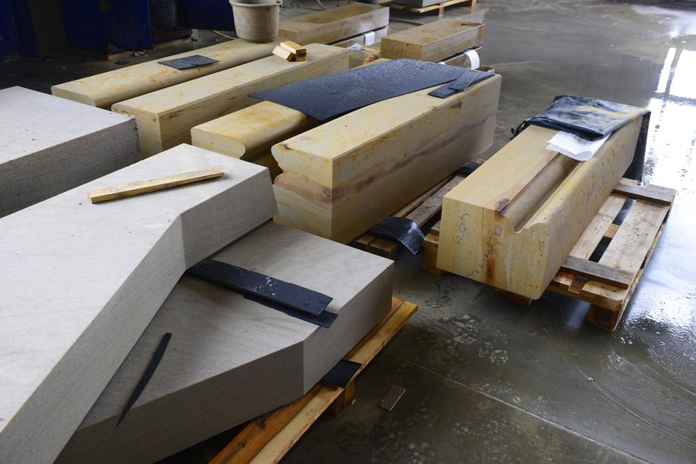 Vorbereitete Natursteinarbeiten in der Produktion vom TRACO Werk