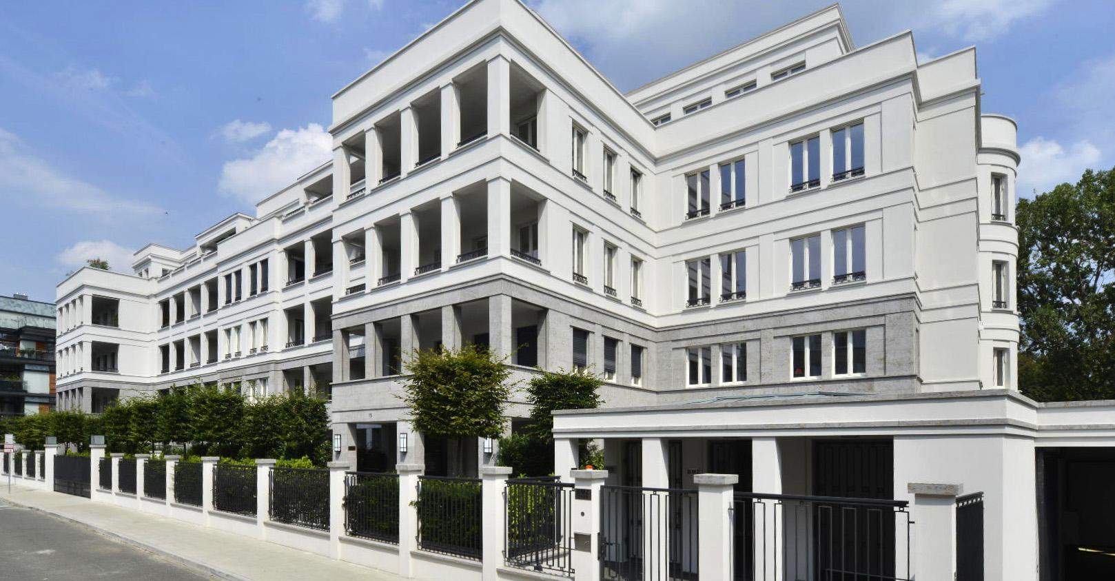 Luxuswohnanlage in Düsseldorf mit Fassadenplatten und Massivarbeiten aus grauem Mooser Muschelkalk von TRACO