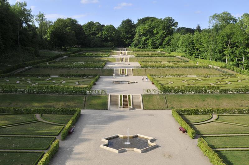 Blick aus der Vogelperspektive auf den Barockgarten Schloss Gottorf in Schleswig mit Brunnen- und Treppenanlage aus gelb/weißen Seeberger Sandstein