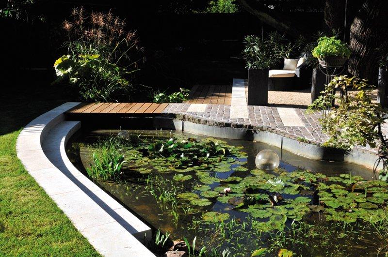 Hausgarten mit Natursteinelementen