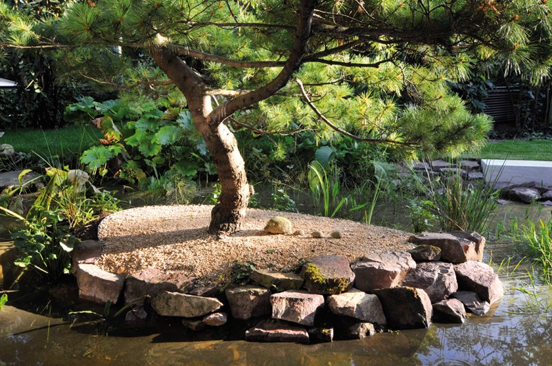 Garten in Frankfurt mit Wasseranlage aus Naturstein von TRACO
