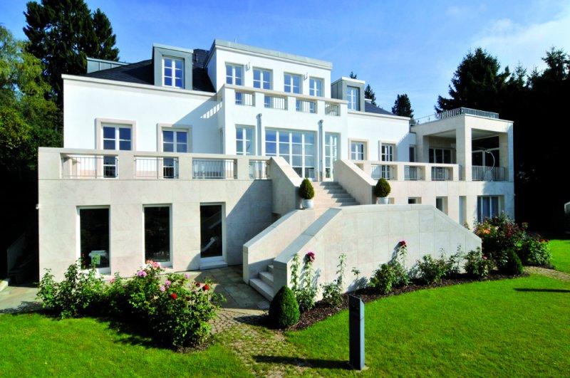 Villa aus stilvollen Natursteinen von TRACO