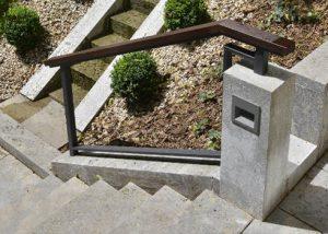 Blockstufen, Bodenplatten, Bordsteine, Stelen, Wandplatten, Abdeckplatten und Mauerquader aus Kohlplatter Muschelkalk von TRACO für die ästhetische Gartengestaltung