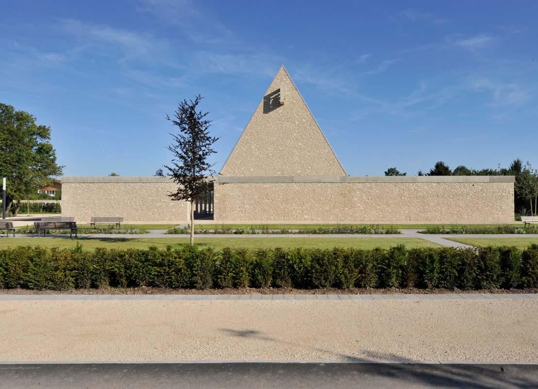Gestalterische Einheit aus Travertin Friedhof Ingelheim