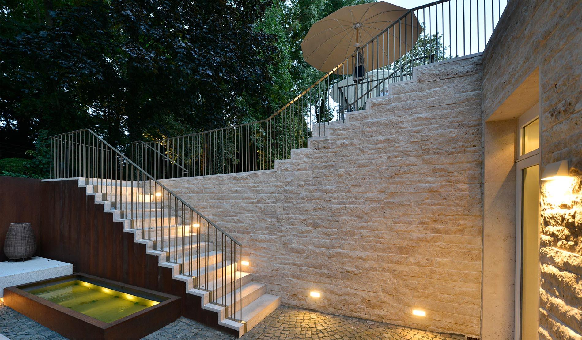 Hotel La Maison Saarlouis Blockstufen Treppenanlage Bauhaus Travertin Mauerwerk Verblendung