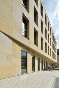 Kundenhaus der Sparkasse am Luitpoldplatz Bayreuth Fassadenplatten Seeberger Sandstein vorgehängte TRACO Natursteinfassade