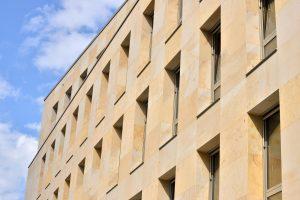 Kundenhaus der Sparkasse am Luitpoldplatz Bayreuth Seeberger Sandstein Fassadenplatten vorgehängte TRACO Natursteinfassade