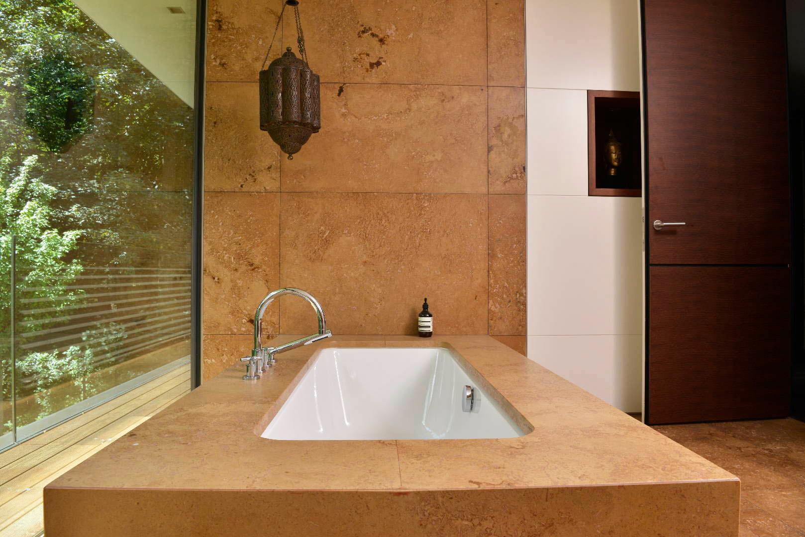 naturstein badewanne der steinblock wird mit tiefen frsungen geformt with naturstein badewanne. Black Bedroom Furniture Sets. Home Design Ideas