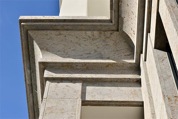 Naturstein Fassadenelemente aus Muschelkalk von TRACO Detail