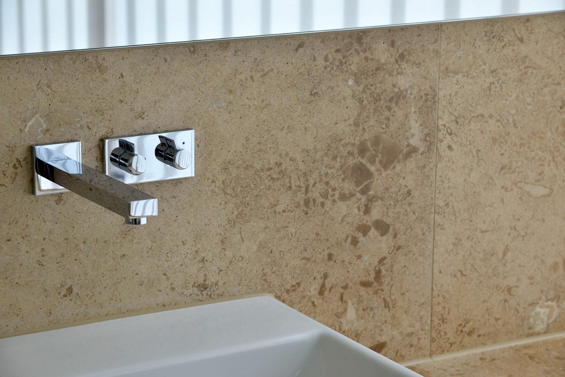 Naturstein Wandverkleidung und Waschtisch aus Travertin von TRACO