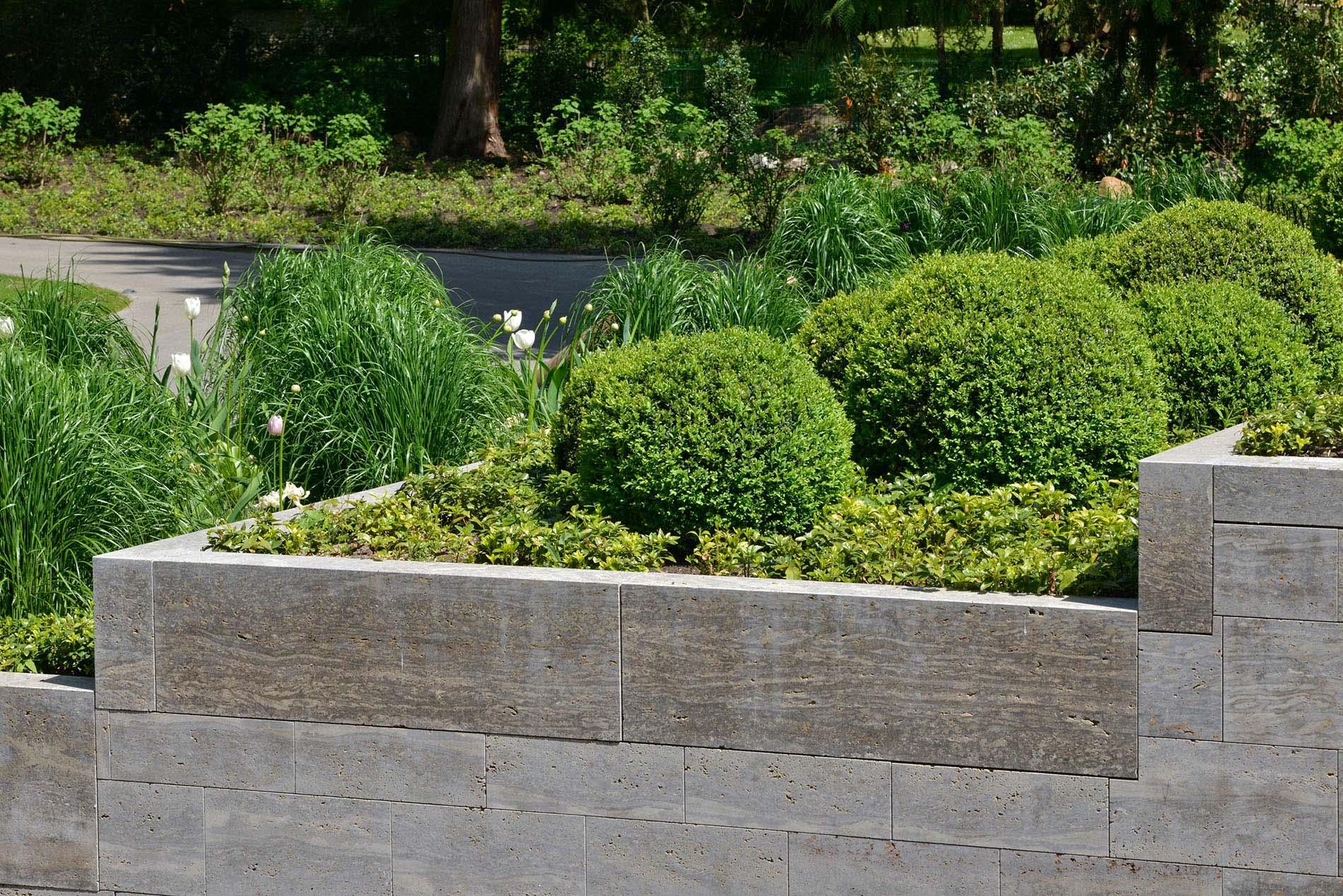Pflanzeinfassungen und Mauerblöcke aus Muschelkalk von TRACO