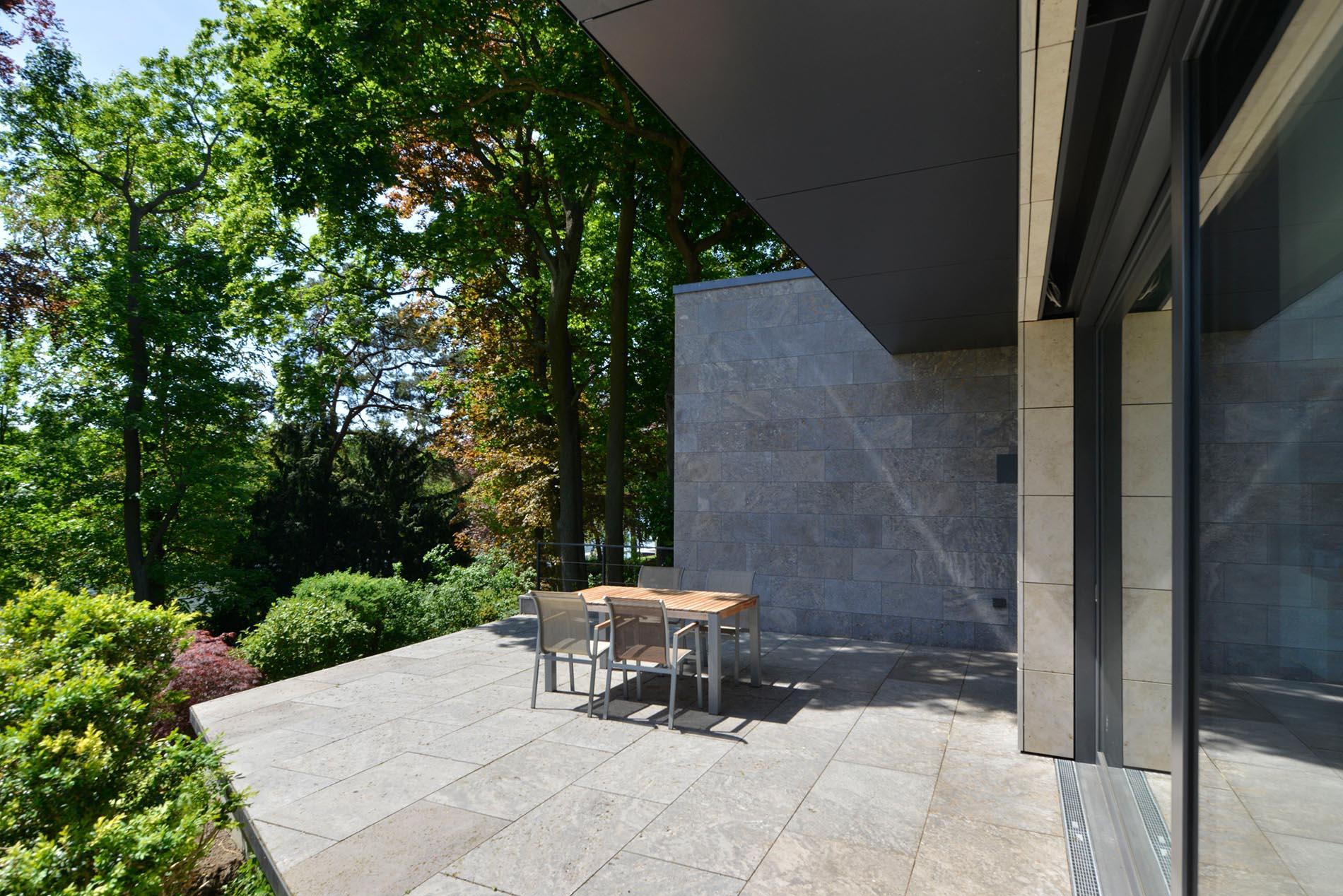 Terrassenplatten aus Muschelkalk, Wandverkleidung aus Muschelkalk und Travertin von TRACO