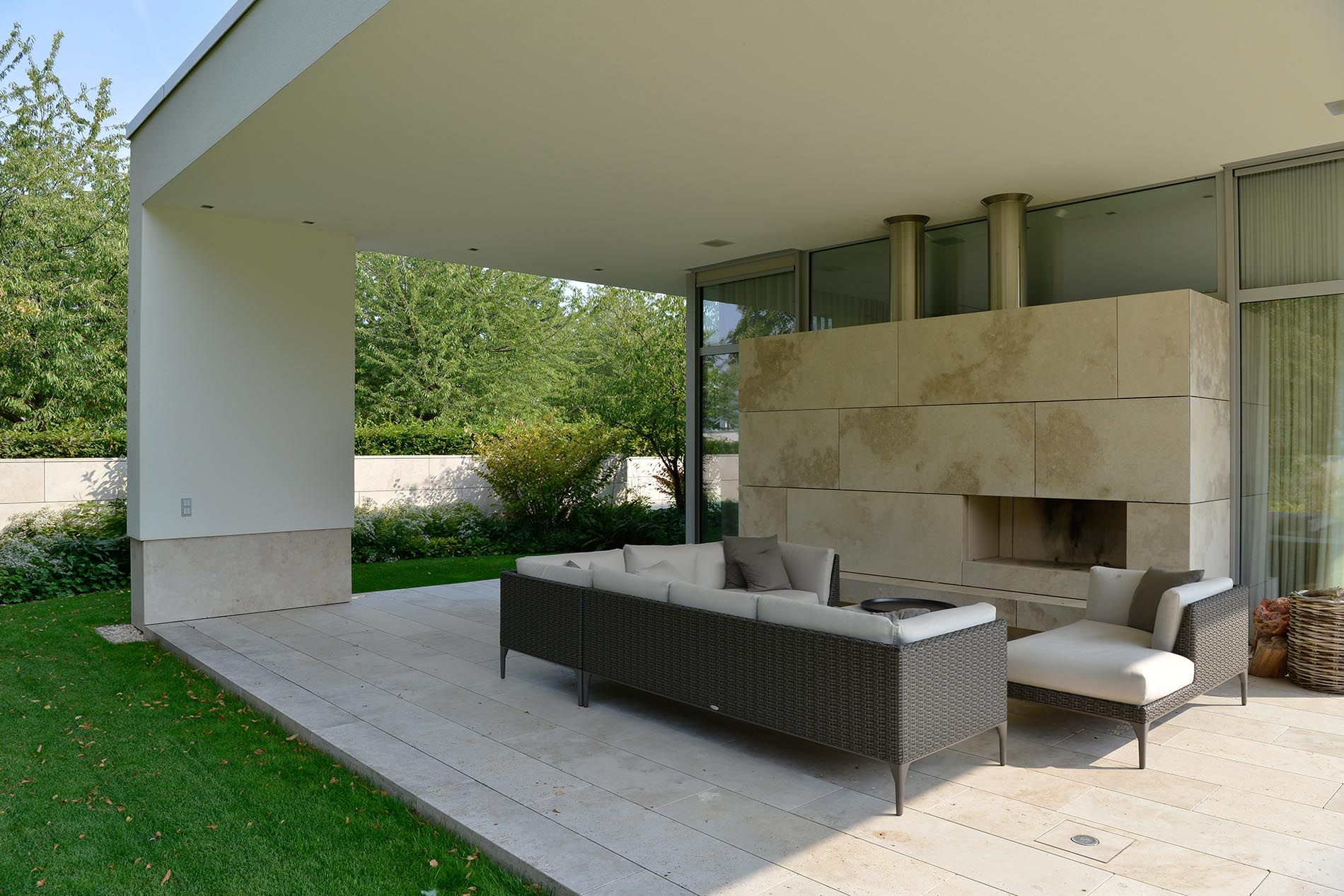 Terrassenplatten und Kaminverkleidung aus Bauhaus Travertin von TRACO