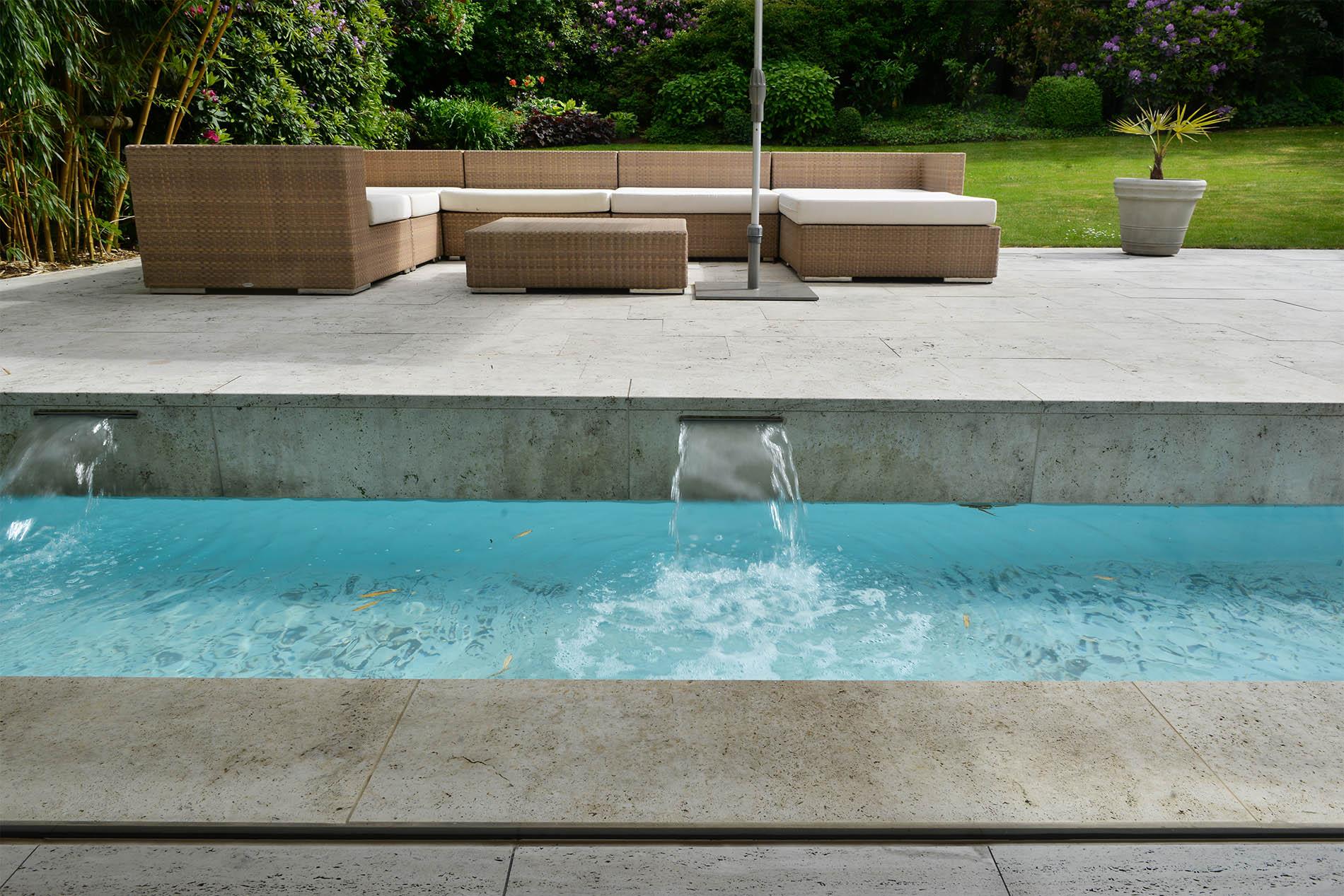 Terrassenplatten und Poolumrandung aus Travertin von TRACO
