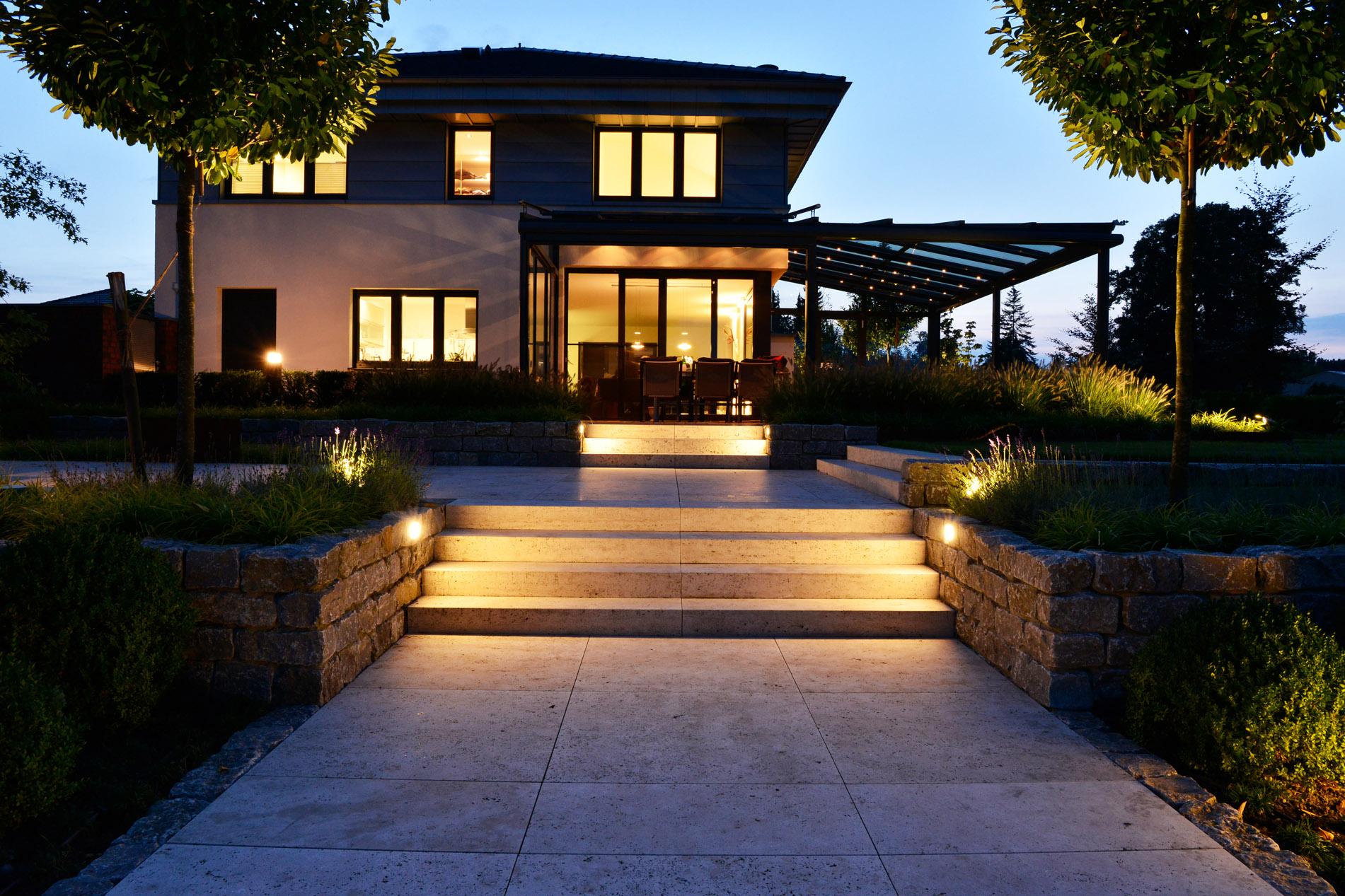 Villa mit Bodenplatten und Blockstufen aus Bauhaus Travertin von TRACO