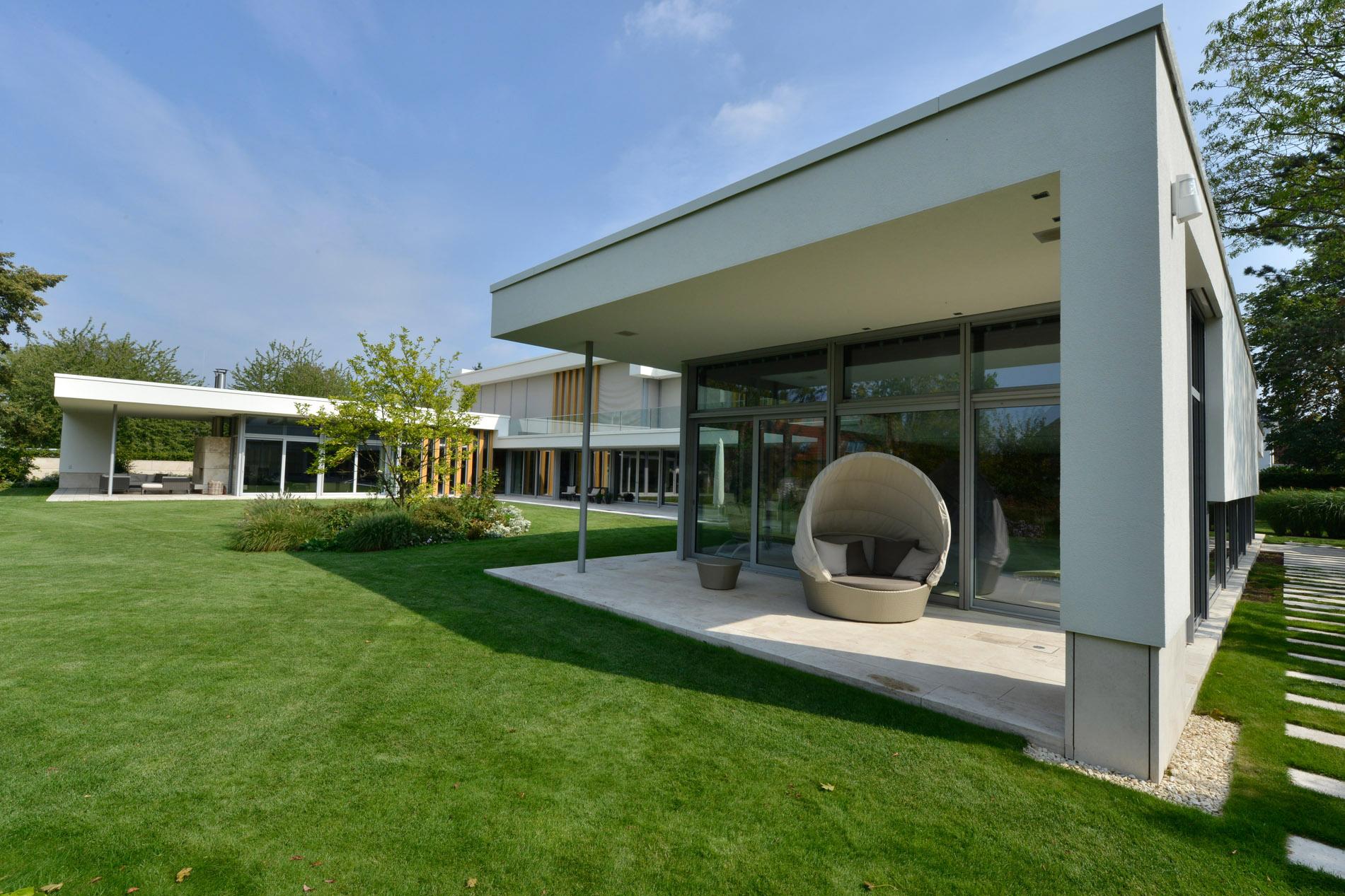 Villa mit Bodenplatten aus Bauhaus Travertin von TRACO