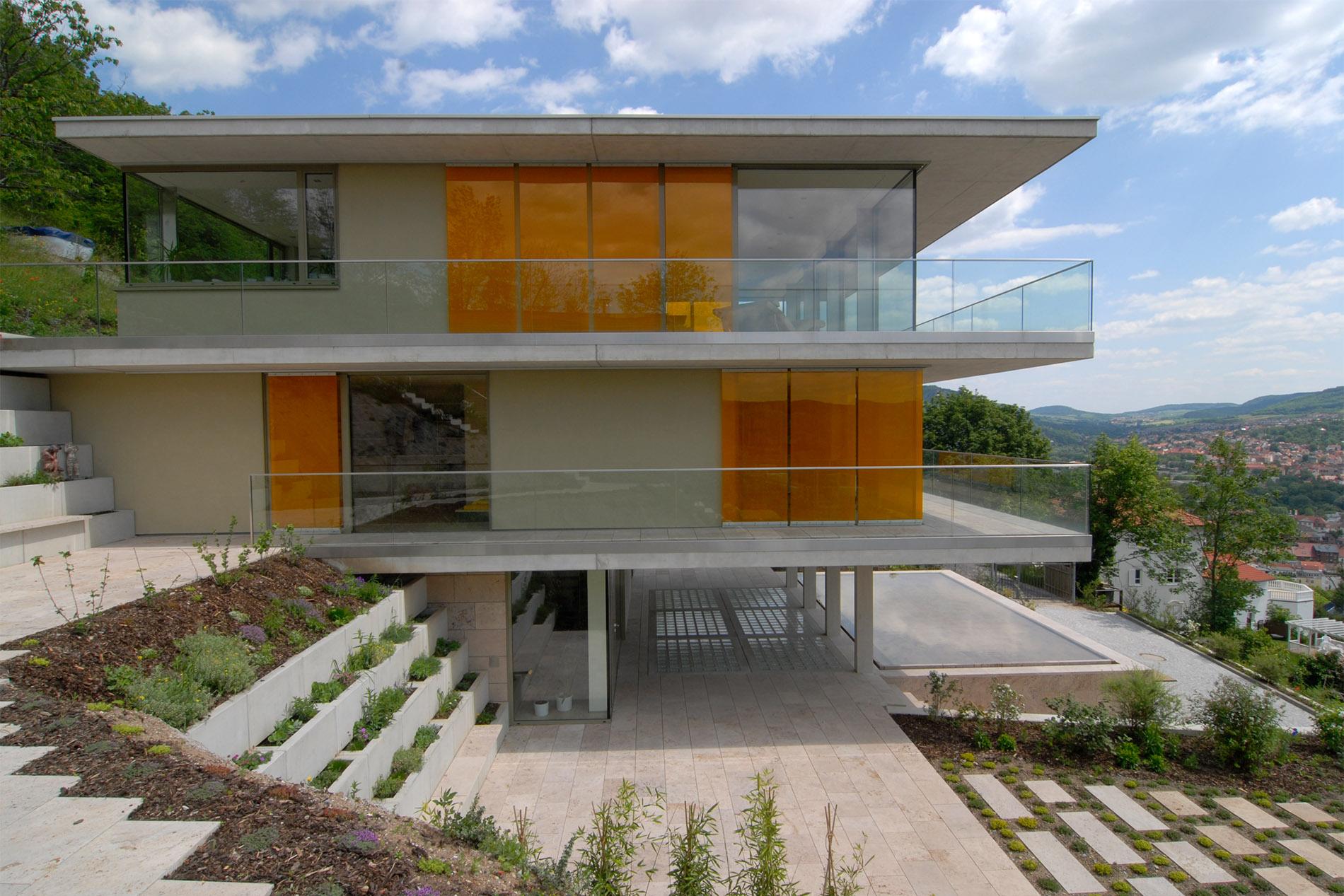 Villa mit Terrassenplatten, Poolumrandung und Gartenplatten aus Travertin von TRACO