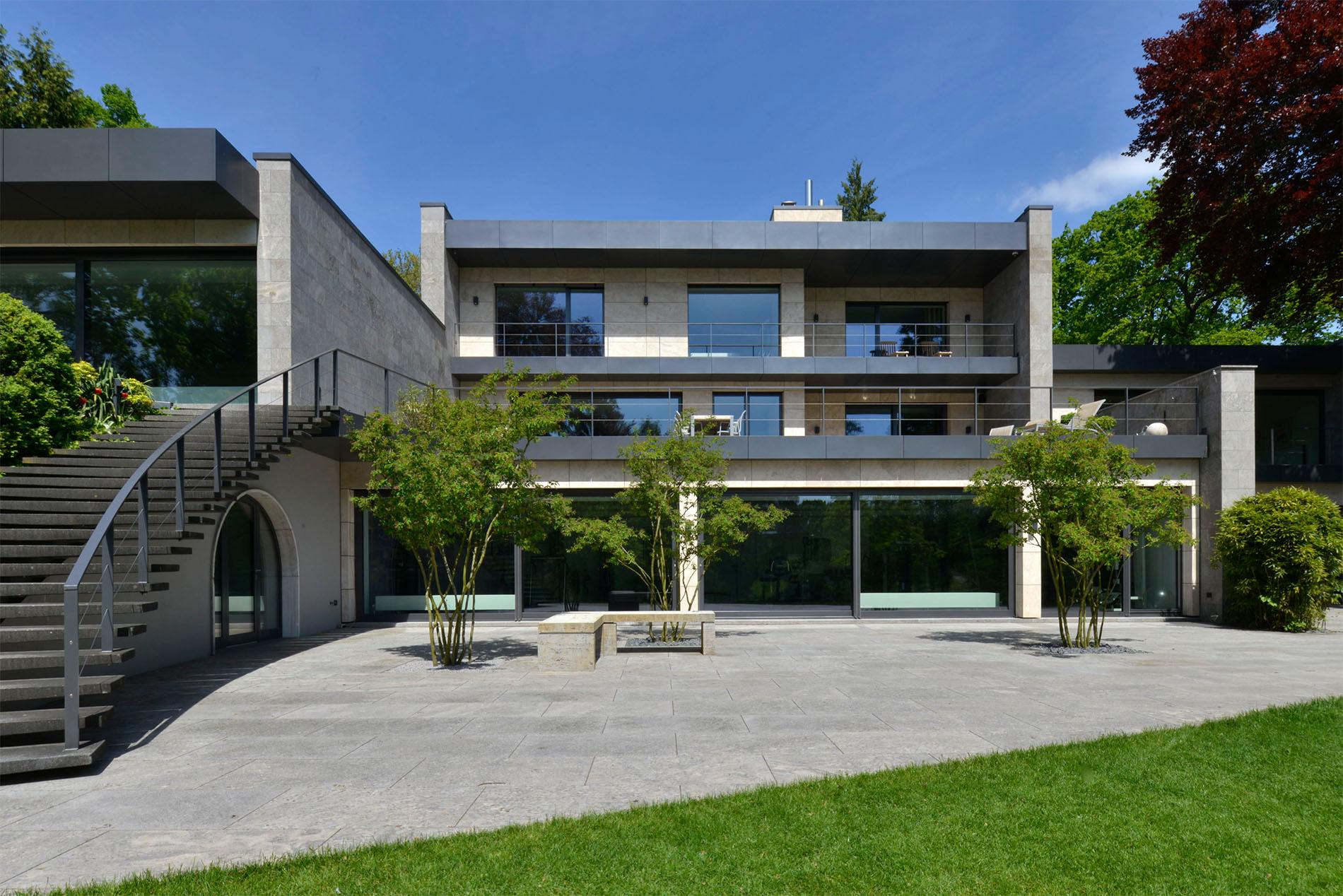 Villa mit Terrassenplatten und Fassadenplatten aus Muschelkalk von TRACO