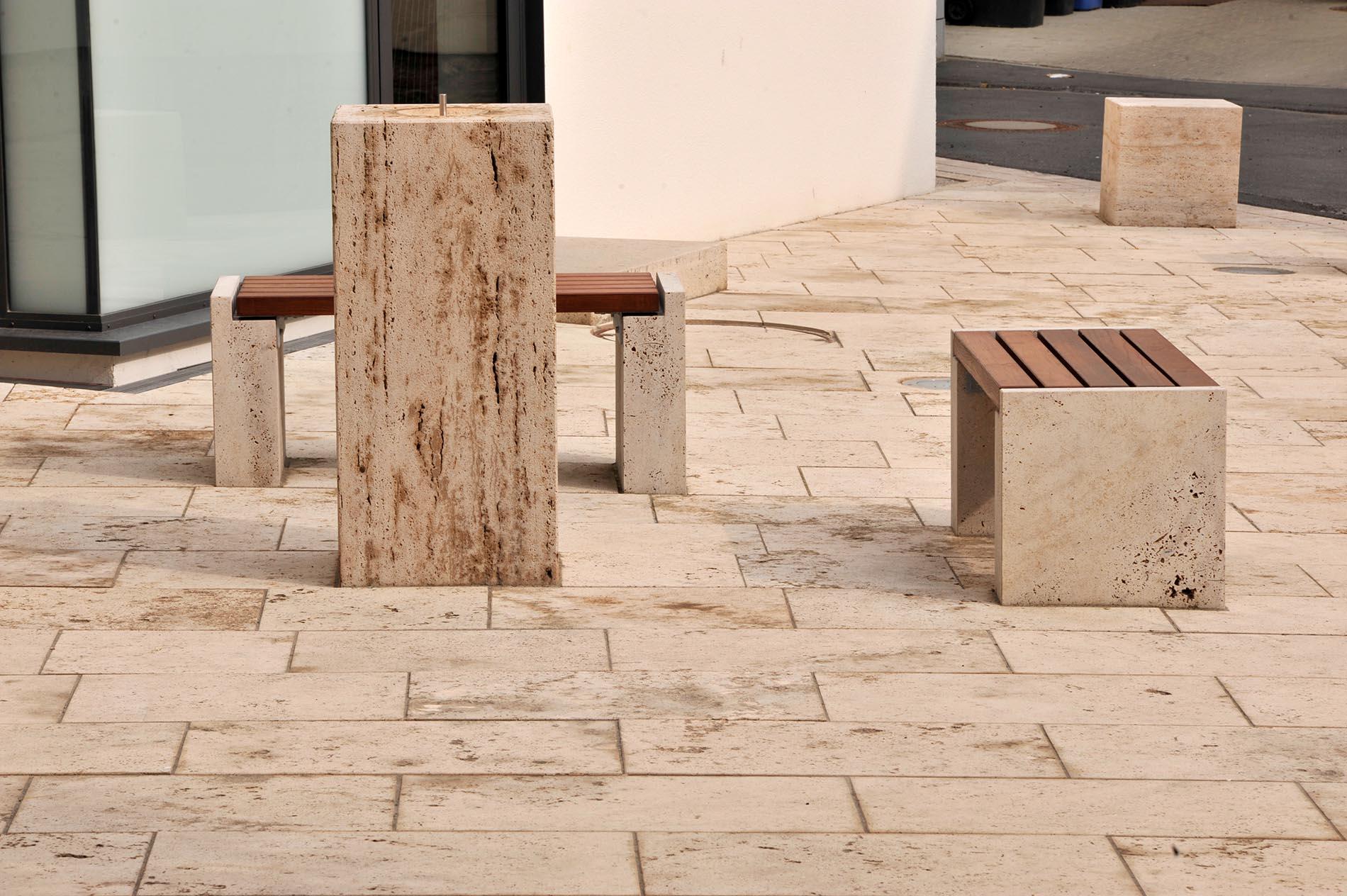 Banksockel, Bodenplatten und Trinkbrunnen aus Thüringer Travertin von TRACO