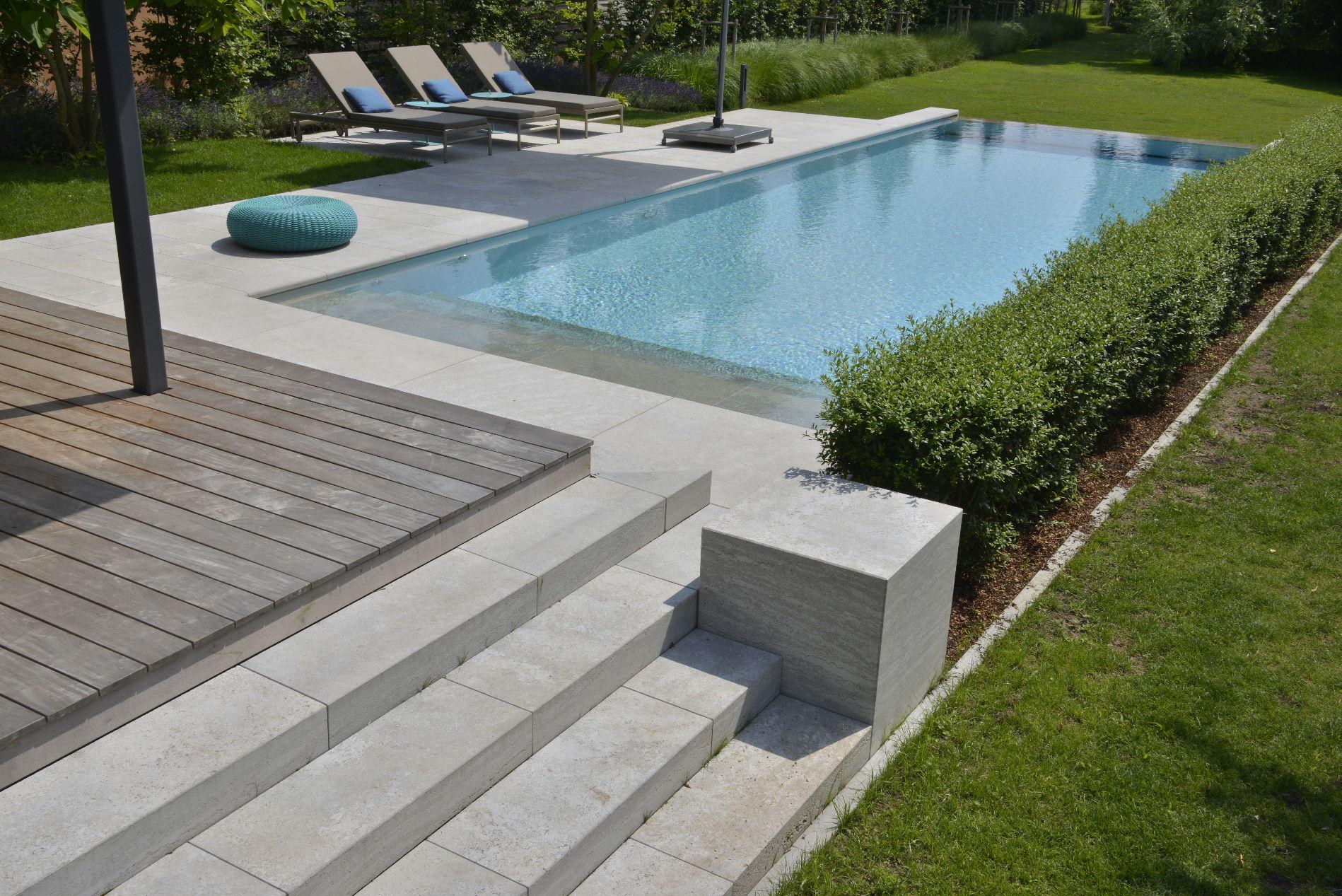 Blockstufen, Bodenplatten und Poolumrandung aus Muschelkalk von TRACO