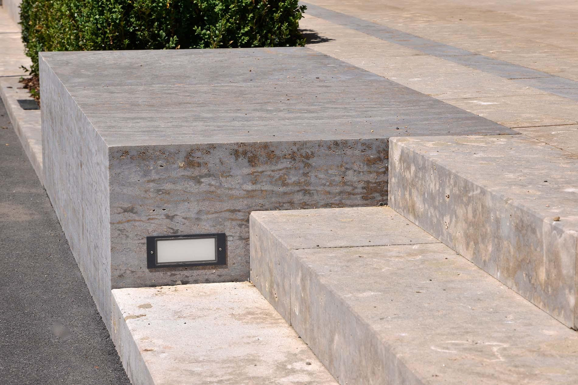 Blockstufen aus Limes Dolomit® Natursteinblock mit Beleuchtung aus Muschelkalk