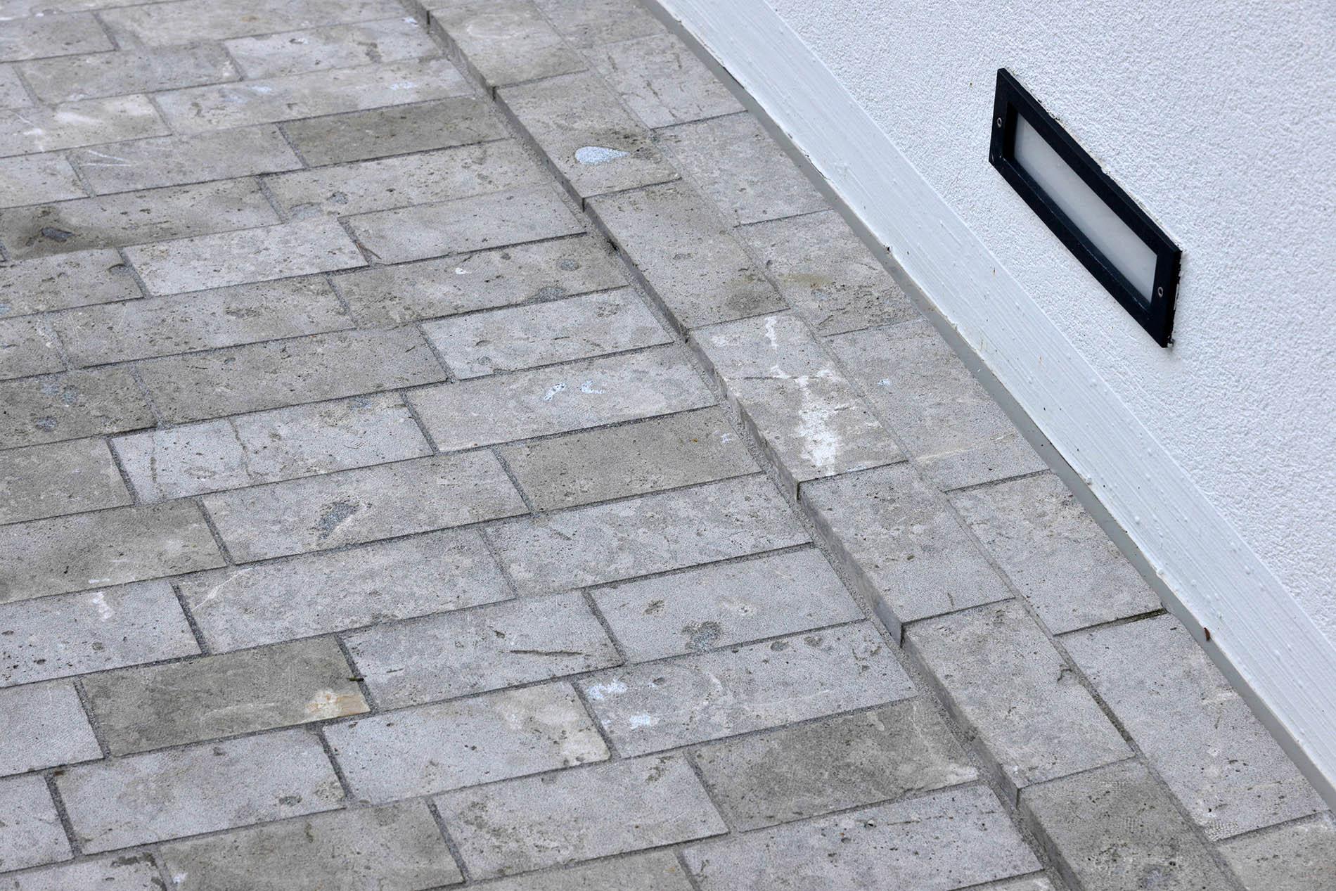 Garageneinfahrt mit Limes Dolomit® Pflastersteinen von TRACO