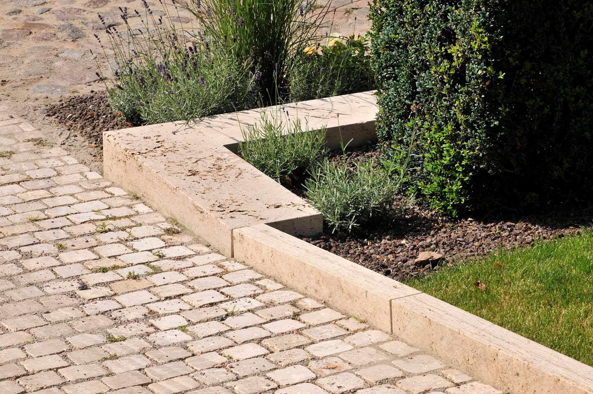 Rasenkantensteine aus Thüringer Travertin von TRACO