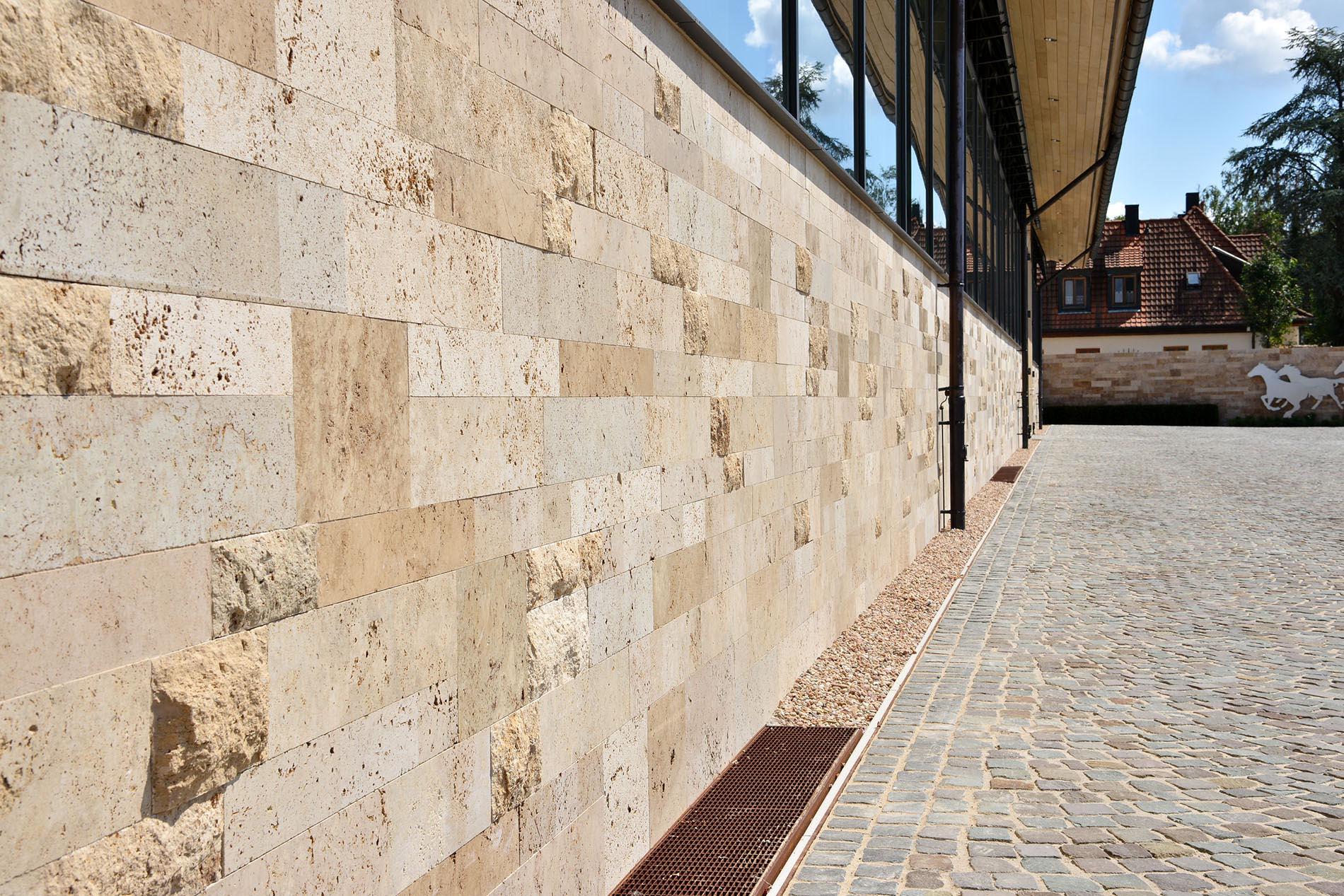 Reiterhof Hofgut Rosenau in Dreieich mit einem Verblendmauerwerk aus Travertin Bossen von TRACO