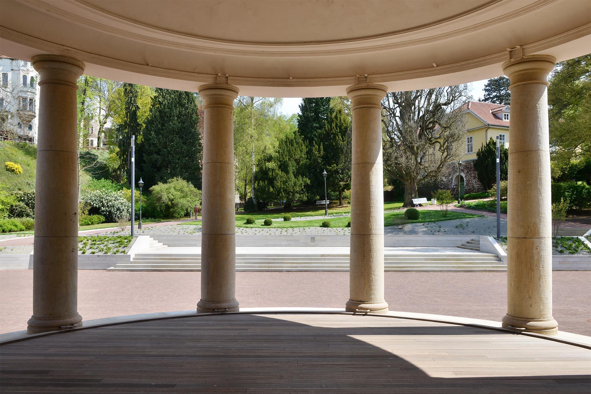 Säulen und Abdeckplatten aus Seeerger Sandstein von TRACO